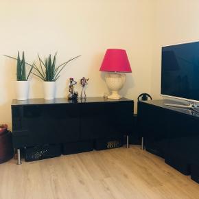 2 stk tv- møbler, kan stå hver for sig eller i forlængelse af hinanden. Hver af dem måler 120x41, og højden kan justeres. Vi har dem på 57 cm høj.  Sort, højglans. Hylder indvendig.  Prisen er pr stk. Sælges separat eller samlet.