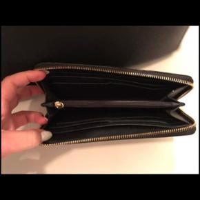 Super lækkert sæt fra Michael Kors   Model hedder :  Michael Kors Black Saffiano Leather Medium Selma   Det er brugt et par gange og fremstår som nyt.  Jeg har kvitting   Mindste pris 2800kr