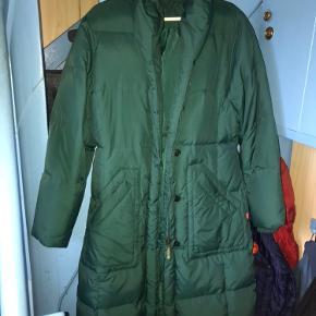 Sælger denne jakke i farven mørkegrøn str. L Det var et fejlkøb, så den har aldrig været brugt.  Kom ellers med et bud