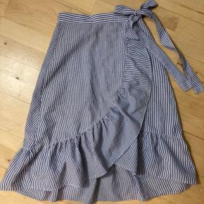 Højtaljede slå-om nederdel