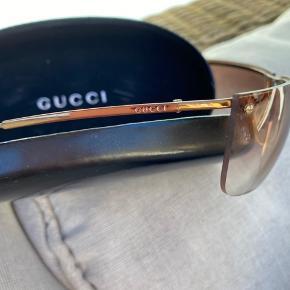 Vintage solbriller fra Gucci, som jeg selv har købt fra nye. Der er et par ridser her og der efter brug. Etui medfølger. Ingen kvittering men jeg garanterer for ægthed da jeg selv har købt dem i Gucci. #secondchancesummer