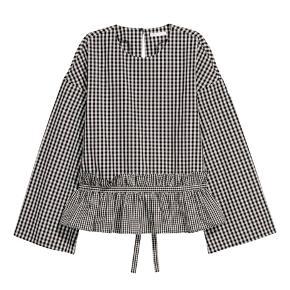Fin ternet bluse fra H&M. Snoren, der ses på første billede er dog klippet af, men det ses ikke. Rigtig fin stand 🌸