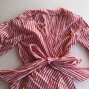 Super fin slå-om-bluse fra Envii, der kan bæres på to måder. Brugt 1-2 gange.
