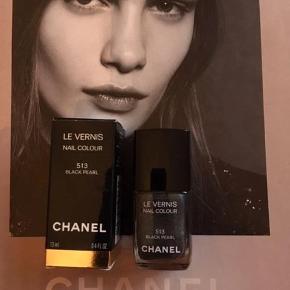 """Varetype: 513 Black pearl les vernis neglelak nail polish Størrelse: oz Farve: 513 black pearl  Fin farver fra Chanel. Kanten går igennem teksten """"nail colour"""", så den er stadig meget tilbage. Toplåg og æske medfølger."""