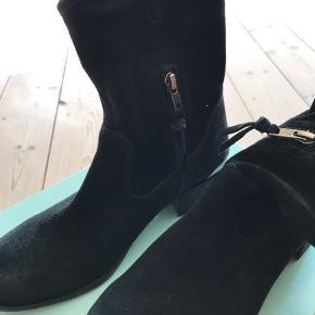 Støvler i ruskind - brugt én gang. Lynlås på indersiden som ikke går helt op til kanten. Kan sendes eller afhentes i Sydhavnen