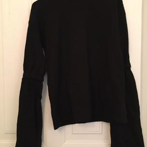Fin bluse, med sød detalje ved ærmet. Det ene ærme er syningen gået op, men det kan sagtens syes:)
