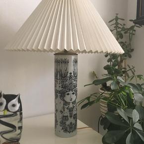 Jeg sælger denne flotte  Bjørn wiinblad bordlampe 2000kr jeg er til at handle med ved hurtig handel. Der er tilhørende le klint lampeskærm. Ved hurtig handel sælges den for 700.