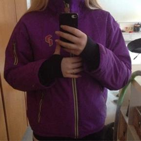Ski jakke fra Peakperformance, rigtig god at stå på ski i, og i god stand.  Giv endelig et bud :)