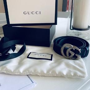 Sort Gucci bælte Leather belt with Double G buckle  Størrelse 75 Bæltet er brugt få gange og er dermed i fin stand 🦕  Kasse, kvittering, bånd og dustbag medfølger.   Nypris 295 euro (2.250 kr)   Husk at tjekke mine andre annoncer 🤩 Giver mængderabat
