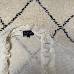 Lanvin cardigan med korte ærmer. Perfekt til udover en kjole. Byd gerne.  Tjek mine andre annoncer med #dior #prada #fendi #gucci #katespade #lanvin #APC #celine #céline #chloé #coach  #30dayssellout  #30dayssellout