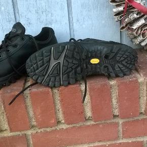 Varetype: Vandre eller arbejdsko Farve: sort Oprindelig købspris: 1100 kr.   Super solide sko fra Ecco,de er kun brugt et par gange og er i fin stand.  BYTTER IKKE-PRISEN ER FAST-BRUG KØB NU.