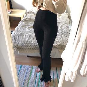 Ribstrikket, elastiske bukser med søde flæsekant nederst i benene fra Tiger of Sweden. Lidt flosset i skridtet og nederst grundet brug.  Modelnavnet er Lolly Jeans. RRP er ca 1250 DKK. Størrelsen er XS, men tænker de vil passes bedre af en S eller S/M, da jeg selv er en XS med bredere hofter og jeg synes de sidder lidt løsere end de skal på mig 🌺  Kig gerne forbi min shop, mængderabat muligt!