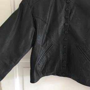 100% læder, inder-for i 100% polyester. God stand men med en enkelt mindre skadet knap. Er lidt crop-agtig.    #secondchancesummer
