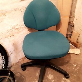 Ergonomisk kontorstol i grøn/sort sælges grundet flytning Fejler intet, så god som ny  Kan afhentes Lystrup Byd! Skal væk hurtigst muligt!