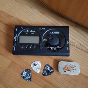 Western akustisk guitar fra Cort Earth serien. Model: EARTH 100F NS  Nypris: Ligger fra 1400 kr. og opefter Stand: Super fin! Blot en smule støvet.  Jeg spiller ikke på den længere, så det er synd, at den bare står - Håber en anden kan få glæde af den!  Det er et godt starter-kit for en, der vil begynde at spille guitar:  ....For følgende følger også med: 3 x plektre i to forskellige størrelser (2 x 0,71 mm og 1 x 1,2 mm) samt en Mikro-monitor og tuner (Model: Boss TU-88 Guitar & Bas Tuner, nypris: 294,00 kr.).  Har også en guitartaske - den er en smule slidt, men stadig brugbar til transportering af guitaren, så den er også med i prisen.  Det hele kan afhentes på Nørrebro.