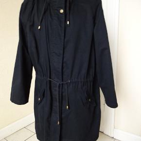 Overgangs jakke/ frakke sælges. Bytter ikke- den er uden foer. Brystmål:74x2 talje:71x2 Hofter:77x2 Længde:99 Materiale:65% Polyester 35% Cotton Se også de andre annoncer jeg har. Prisen er fast.
