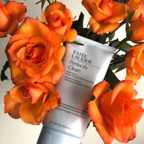 """Estée Lauder """"Perfectly Clean - Multi-Action Foam Cleanser/Purifying Mask"""" 150 ml. Ideal for Normal/combonation skin types  (Aldrig brugt - stadig plastic ved åbning)   Lidt om produktet:  Skummende renseprodukt, der forbereder huden på at optage alle fordelene fra efterfølgende Repairprodukt og Moisturizer. Efterlader huden frisk, ren og blød. Indeholder: Blå alge, der beroliger huden og Zink, der giver huden komfort.Kan bruges som daglig rens eller som Purifying maske ved at lade den sidde på huden i 5 min. 💆🏼♀️   Byd gerne kan enten afhentes i Aarhus C eller sendes på købers regning 📮✉️"""