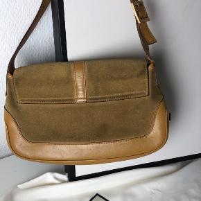Gucci taske sælges. Har lidt slid i hjørnerne. Virker ellers upåklageligt.