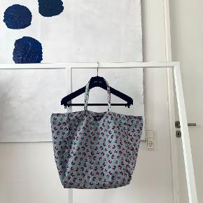 Blå blomstret nylon totebag fra Prada. Carte d'authenticite medfølger.   36 cm lang (uden hank) x 34 cm bred x 18 cm dyb