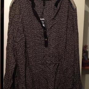 Varetype: Bluse Farve: Sort/beige Oprindelig købspris: 499 kr.  Super flot bluse fra Pulz, tabt en knap ved det ene ærme, men der er en ekstra knap med, sender med DAO , bruger gerne mobilepay