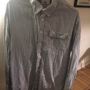 Flot blå stribet skjorte fra Bison. Fejler intet🌸💃🏽  Finder man flere ting kan mængde rabat sagtens arrangeres😃