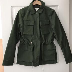 Rigtig fin jakke i utility look. Aldrig brugt. Nypris 400 kr.