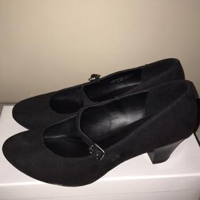 Næsten nye sko sælges ! De lukkes med spænde over foden og har desuden en lille hæl. Brugt få gange indendørs hvorfor de fremstår dom næsten nye uden brugsspor eller slid. Sælger kun fordi jeg desværre ikke får dem brugt. Nypris 250.