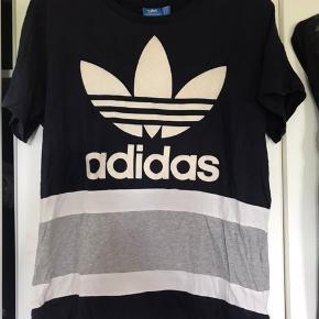 Adidas t-shirt Brugt få gange, har ingen huller eller lignende.  Størrelse s men fitter snildt en m