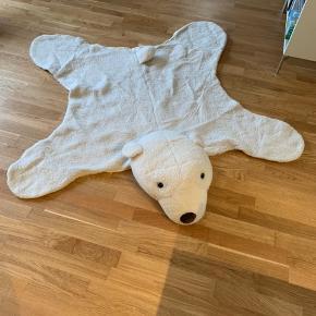 Stort isbjørnetæppe med dejligt blæst hoved til at hygge putte på. Np var 2000kr