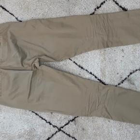 Virkelig gode bukser fra Mads Nørgaard, de er blevet brugt en del, som også kan ses på knappen (den er røget af, men ligger i lommen) og der er noget bly på det højre lår. Byd gerne ellers er pris oven over😊