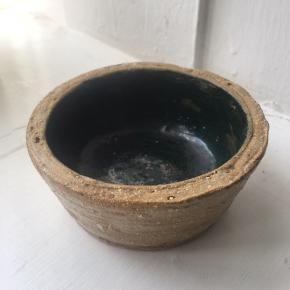 Keramik/ler skål, mørkegrøn glasur.   Mål: - H: 4 cm - Ø: 9 cm