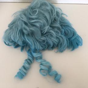 Blå paryk Med slangekrøller  Kostume  Udklædning  Fastelavhallowen  Temafest  Hår  Turkis