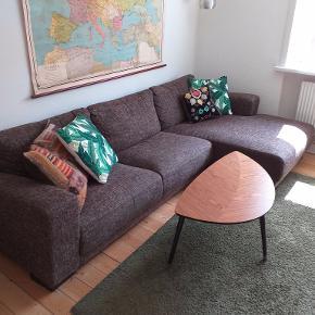 God og komfortabel 3-personernes sofa med chaiselong fra ILVA sælges. Den måler 281 cm i længden og chaiselongen er 148 cm lang. Bud modtages.