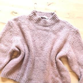 Striktrøje i rosafarve. Uldblaning (15%uld)