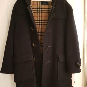Flot og klassisk BURBERRY frakke/Duffle Coat i rigtig god stand. Køber betaler fragt.