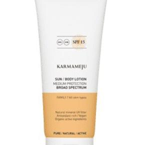 Karmameju AFTERSUN Serum-lotion, 200 ml.  PRE- & AFTER SUN serum-lotion er yderst fugtgivende hudpleje og beroligende pre- og aftersun i én. Den lette konsistens er som en læskende sommerdrik for huden, som nemt trænger ind og fylder huden med fugt og lindrende ingredienser. PRE- & AFTER SUN hjælper med at fugtmætte huden inden sol og med at styrke huden efter ophold i solen.  Karmameju SUN PRE- & AFTER SUN er luksuriøs hudpleje til krop og ansigt - vegansk, koralvenligt, økologisk og bæredygtigt indhold af hud-styrkende antioxidanter, nærende og blødgørende planteolier, fugtgivende hyaluronsyre og Karmamejus klinisk dokumenterede kombination af genopbyggende, hudhelende planteekstrakter.  PRE- & AFTER SUN er til alle i familien. Anvend som hydrerende hudpleje under solcreme og som aftersun efter ophold i solen. Aftersun hjælper med at berolige og styrke hudens helingsproces efter at have været eksponeret for solens skadelige UV-stråler. En velhydreret hud giver en længerevarende farve og glød, og de mineralske solfiltre i Karmameju SUN solcremer påføres endnu nemmere på en velplejet hud.   Karmameju SUN dufter himmelsk af Sydens sol og sommer. En naturlig blanding af citrusfrugter, mynte og lavendel.     Anvendelse:  PRE- & AFTER SUN kan anvendes af alle i familien.  · Påfør på huden i ansigtet og på kroppen før og efter ophold i solen, se herunder:  Ved anvendelse før ophold i solen:  Påfør PRE- & AFTER SUN, inden du påfører Karmameju solcreme. PRE- & AFTER SUN forbereder huden til varme og UV-eksponering. Velhydreret hud sikrer lettere påføring af solbeskyttende produkter baseret på fysiske, mineralske solfiltre og giver samtidig huden de bedste betingelser i solen.
