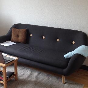 3-personers sofa. Nypris:4499 brugt i lidt under ét år. 1000 kr. 1,95 meter i længden.