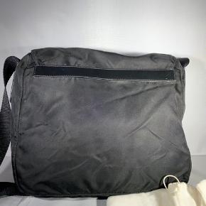 Helt perfekt sort Prada sidebag, super eftertragtet taske som aldrig går af mode