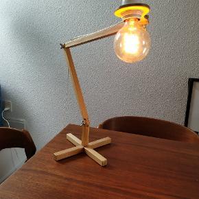 Lampe designet af arkitektstuderende. Stand som ny, pære følger ikke med.