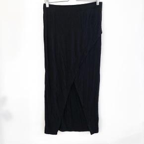 H&M lang nederdel med slids   størrelse: M   pris: 60 kr   fragt: 37 kr   Den er brugt nogle få gange