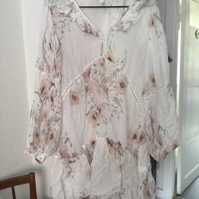 Smuk kjole med lyserøde blomster, kun brugt 2 gange.