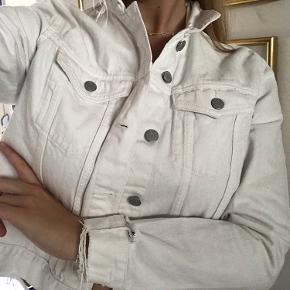 Hvid denimjakke /cowboyjakke med flæser/frynser   Sælges da jeg dsv ikke får den brugt
