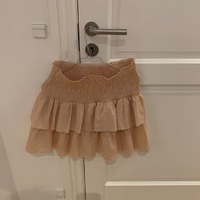 Lyserød/beige Neo Noir nederdel.   Byd! Jeg vil bare gerne af med den, da den fylder i mit klædeskab.