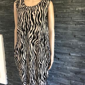 Pragtfuld og super anvendelig kjole  Falder så fint på.  Bryst 104 cm men kan strækkes helt op til 130 cm Længde 96 cm  Viscose og elasthan