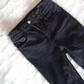 Jeg sælger disse helt stramme, sorte, højtaljede jeans fra Only. Det er en str xs i længden 30 og sælges da jeg ikke kan passe dem.  Nypris var 300, sælges for 125 kr.