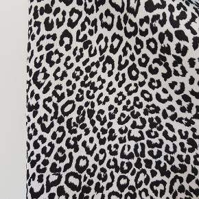 Leopard mønstret nederdel i sort og hvid. Stræk materiale.
