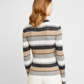 Flot bluse, med farver og glimmer Str. Small  Aldrig brugt   Kan hentes på Frederiksberg :-)