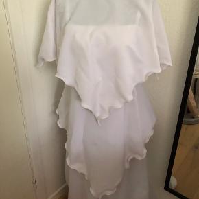 Kun brugt en gang og efterfølgende vasket. 100% polyester