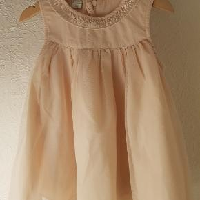 Sød fin kjole i sart rosa. Den har tyl yderst.45 kr pp. Hentes i Sunds eller sendes