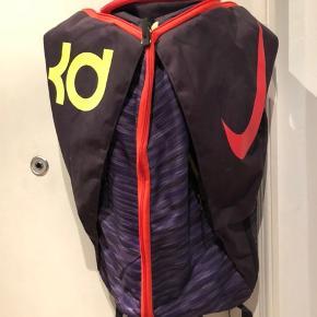 Super fed Nike KD basket rygsæk med plads til ALT!! Ring eller skriv på 26826097 for yderlig info. Ved ts handel betaler køber gebyret.